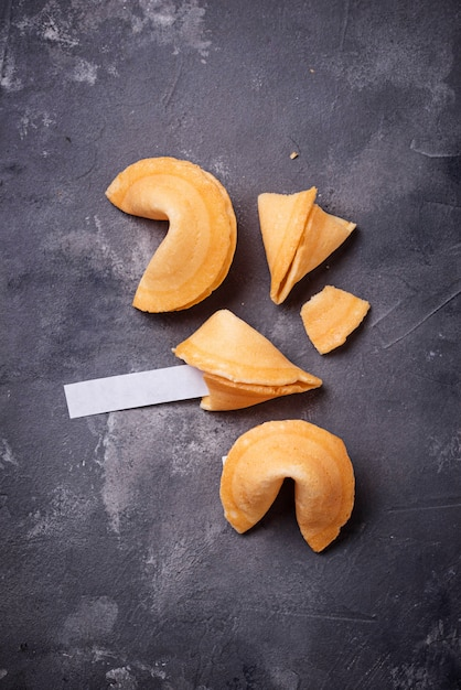 Biscoitos da sorte chineses tradicionais com previsão Foto Premium