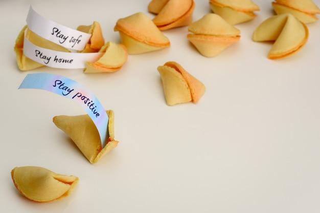 Biscoitos da sorte chineses. um cookie aberto com um desejo mantenha-se positivo. Foto Premium