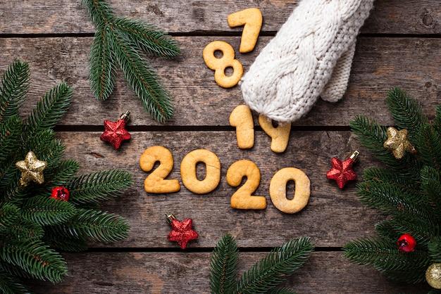Biscoitos de ano novo em forma 2020 Foto Premium