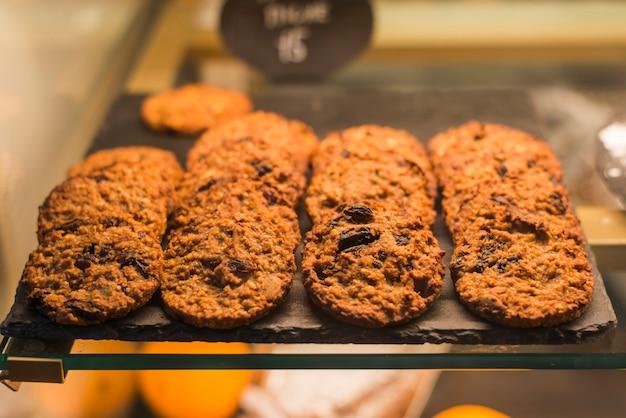 Biscoitos de aveia assados na bandeja de rock no armário de exposição Foto gratuita