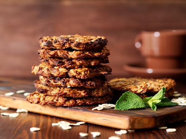 Biscoitos de aveia caseiros com banana, aveia, nozes, ovos e farinha livre Foto Premium