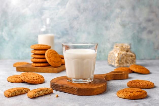 Biscoitos de aveia caseiros com um copo de leite. Foto gratuita