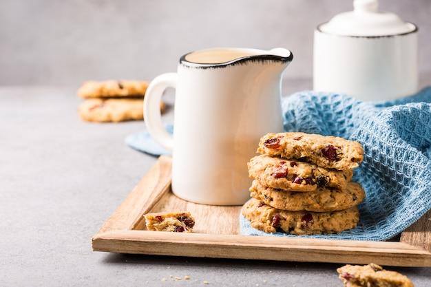 Biscoitos de aveia com passas e cranberries Foto Premium