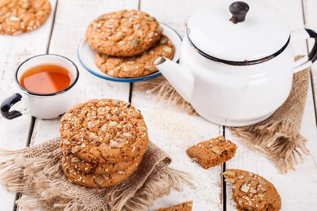 Biscoitos de aveia com sementes de gergelim e sementes de abóbora para chá Foto Premium