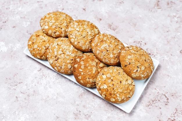 Biscoitos de aveia estilo americano sobre fundo claro de concreto. Foto gratuita