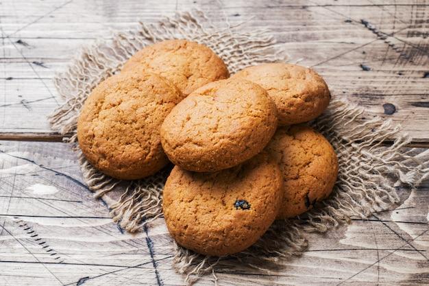 Biscoitos de aveia naturais em madeira. estilo rústico. copyspace Foto Premium
