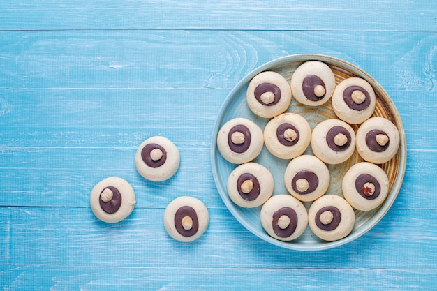 Biscoitos de avelã com avelãs, vista de cima Foto gratuita