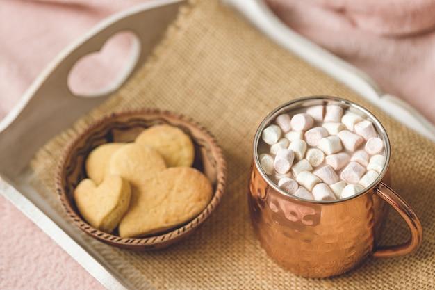 Biscoitos de cacau e coração Foto Premium