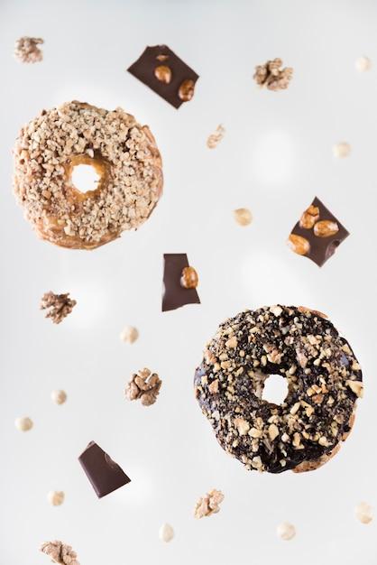 Biscoitos de chocolate close-up com nozes Foto gratuita