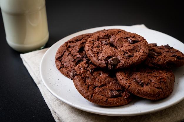 Biscoitos de chocolate com pepitas de chocolate Foto Premium