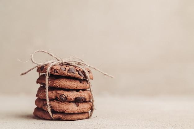 Biscoitos de chocolate empilhados na mesa cinza Foto Premium