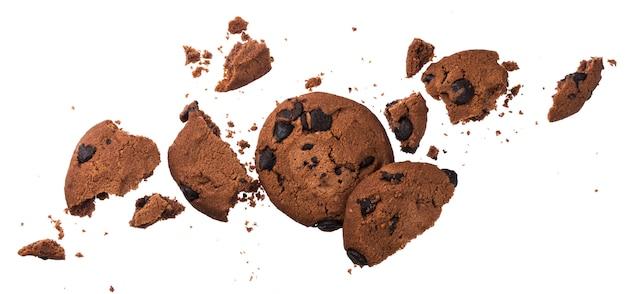 Biscoitos de chocolate quebrados isolados no branco Foto Premium