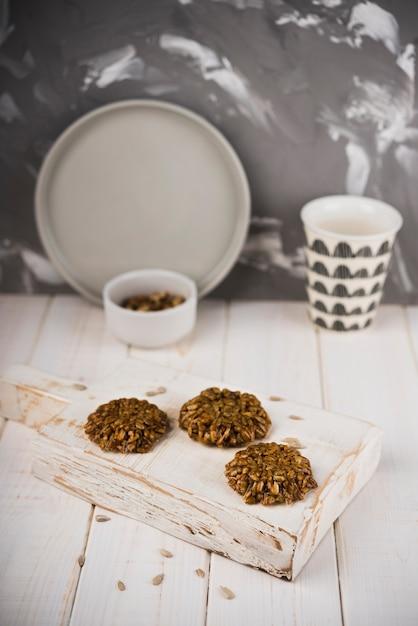 Biscoitos de close-up na placa de madeira Foto gratuita