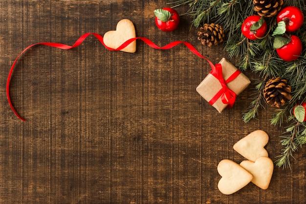 Biscoitos de coração com caixa de presente pequena Foto gratuita