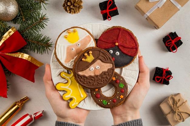 Biscoitos de epifania espanhóis nas mãos Foto gratuita