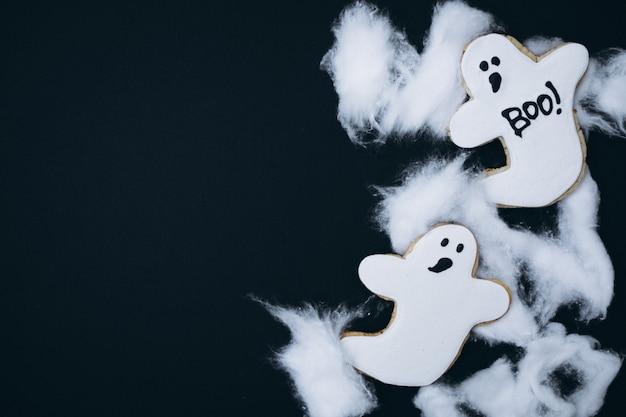 Biscoitos de gengibre caseiro decorado de halloween Foto gratuita