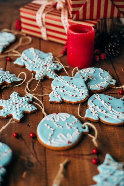 Biscoitos de gengibre colorido de natal Foto Premium