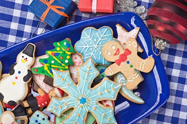 Biscoitos de gengibre de natal em um prato Foto Premium