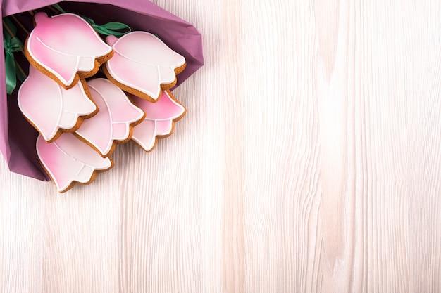 Biscoitos de gengibre em forma de tulipas na mesa de madeira Foto Premium