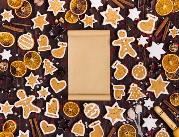 Biscoitos de gengibre natal vazio papel para receita ano novo laranjas canela Foto gratuita