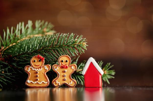 Biscoitos de homem de gengibre e brinquedo de pequena casa Foto Premium