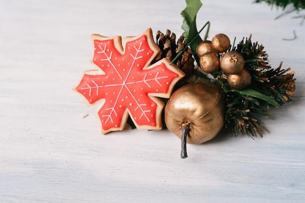 Biscoitos de natal coloridos com decoração festiva Foto Premium
