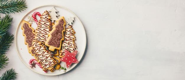 Biscoitos de natal com doces e decoração festiva, plana leigos Foto Premium