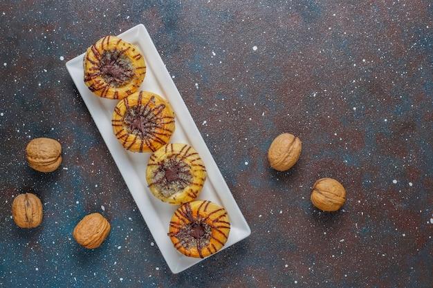 Biscoitos de nozes e chocolate com nozes ao redor, vista superior Foto gratuita