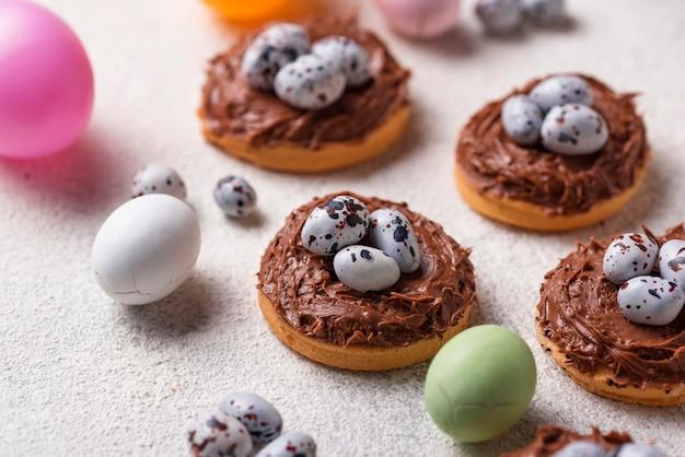 Biscoitos de páscoa em forma de ninho com ovos Foto Premium