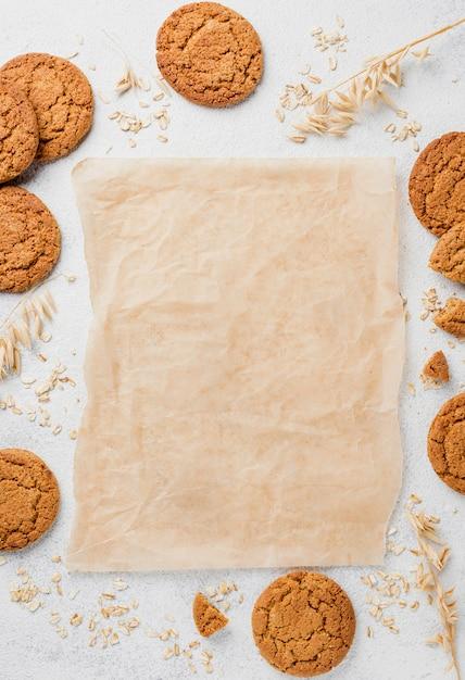 Biscoitos de vista superior e cópia espaço papel manteiga Foto gratuita