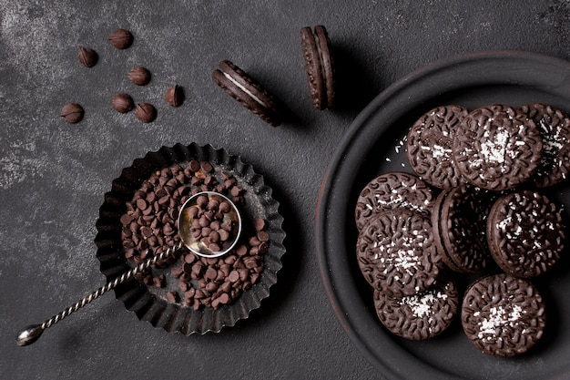 Biscoitos deliciosos com creme e lascas de chocolate Foto gratuita
