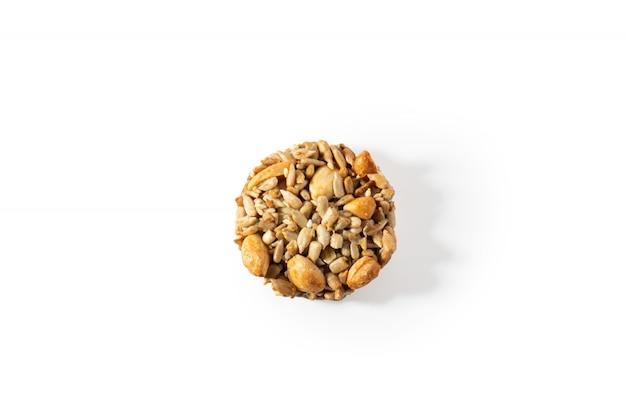 Biscoitos doces, nozes naturais e caramelo. Foto Premium