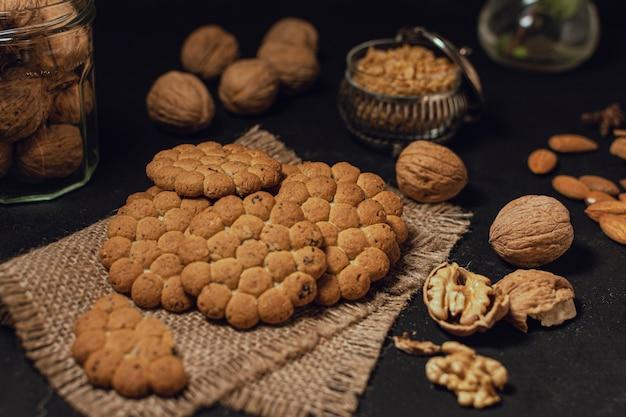 Biscoitos e nozes na superfície preta Foto gratuita