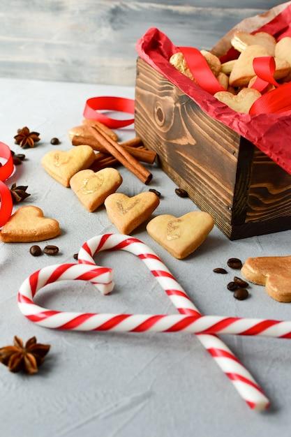 Biscoitos em forma de coração, em letras de cookies love.decor fitas vermelhas. feliz dia dos namorados Foto Premium