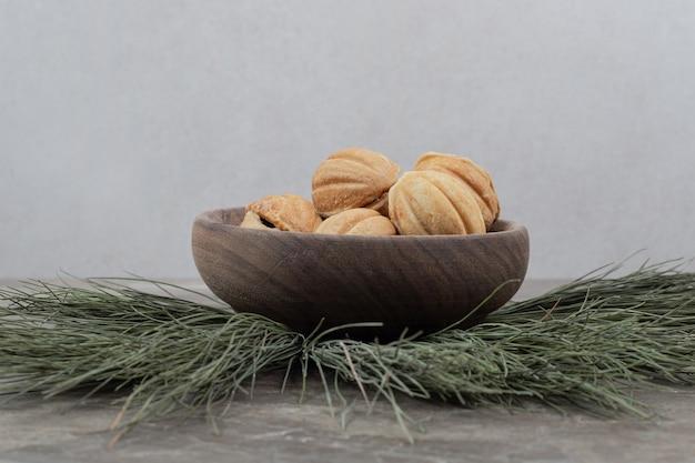 Biscoitos em forma de noz em uma tigela de madeira. Foto gratuita