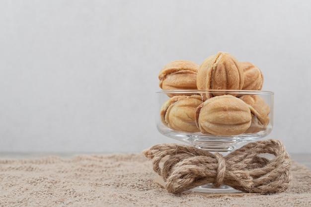 Biscoitos em forma de noz em uma tigela de vidro. Foto gratuita