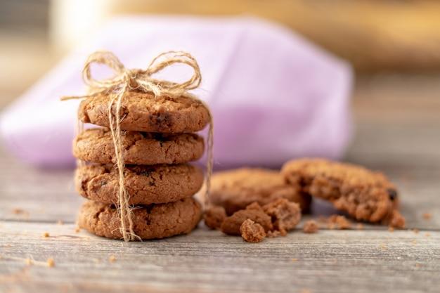 Biscoitos empilhados usam uma corda amarrada em uma mesa de madeira Foto Premium