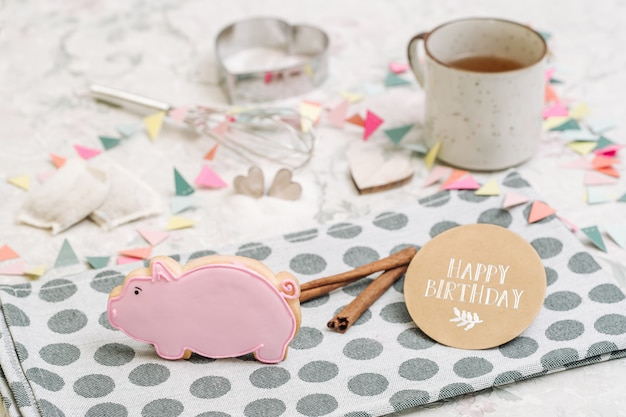 Biscoitos feitos à mão bonitos em uma forma dos animais Foto Premium