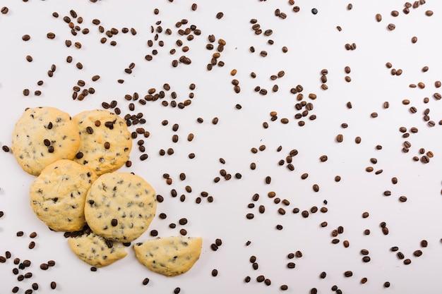 Biscoitos frescos e grãos de café Foto gratuita