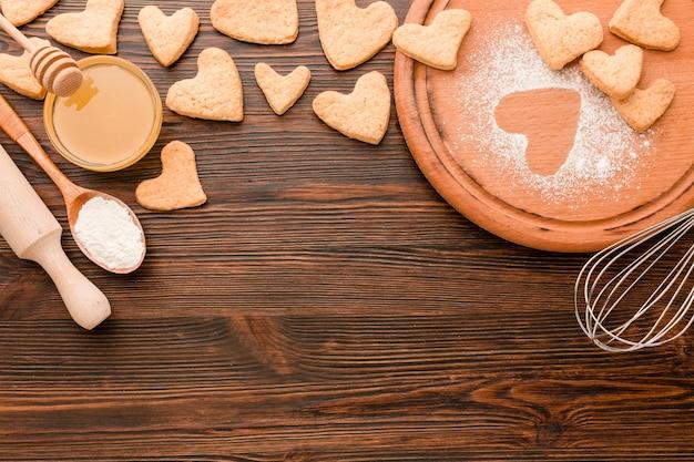Biscoitos para dia dos namorados com utensílios de cozinha Foto gratuita