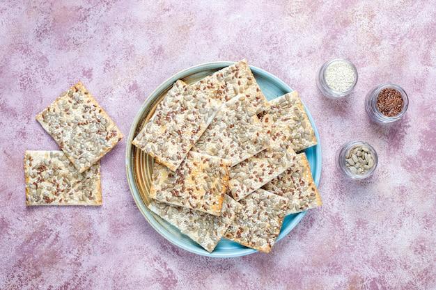 Biscoitos sem glúten cozidos frescos saudáveis com sementes Foto gratuita