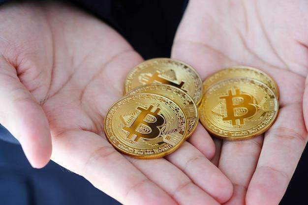 Bitcions na mão de empresário, criptomoeda e conceito de blockchain Foto Premium