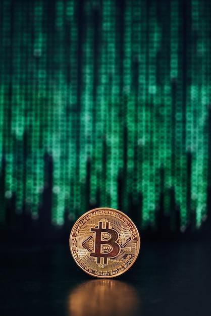 Bitcoin com código na superfície Foto Premium