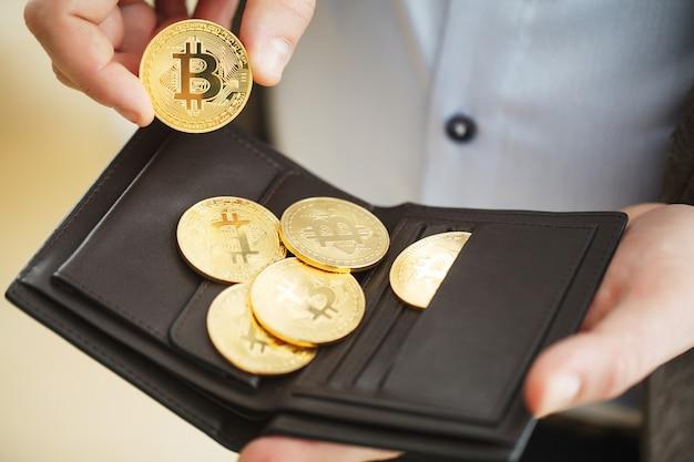 Bitcoin cryptocurrency moeda no seu bolso. bitcoin a criptografia mais popular do mundo Foto Premium