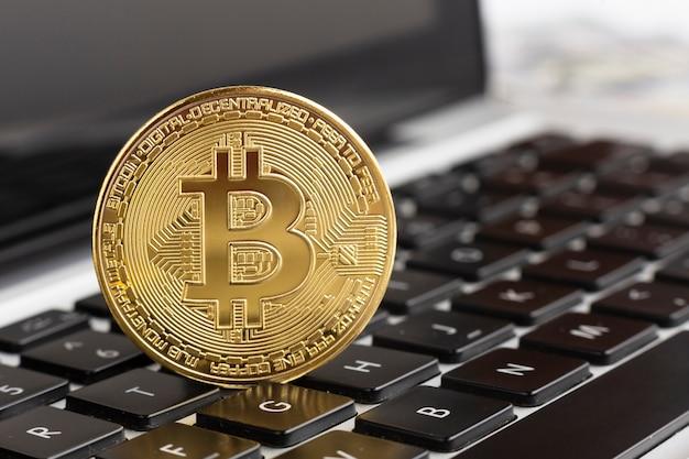 Bitcoin de close-up em cima do teclado Foto gratuita