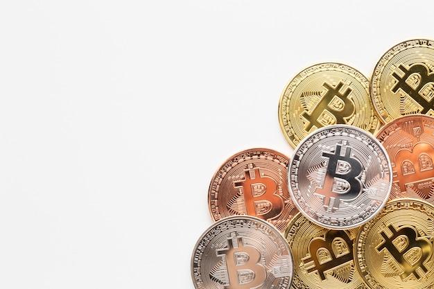 Bitcoin de espaço de cópia em cores diferentes Foto gratuita