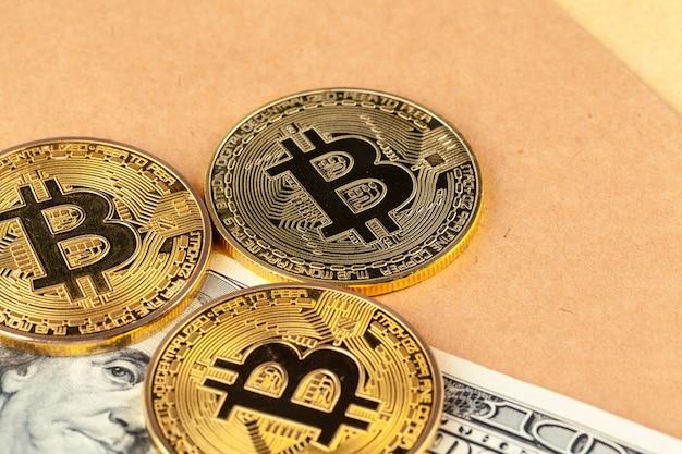 Bitcoin de ouro de moeda criptográfica digital e dólares americanos. Foto Premium