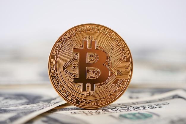 Bitcoin dourado brilhante velhas notas de cem dólares Foto Premium