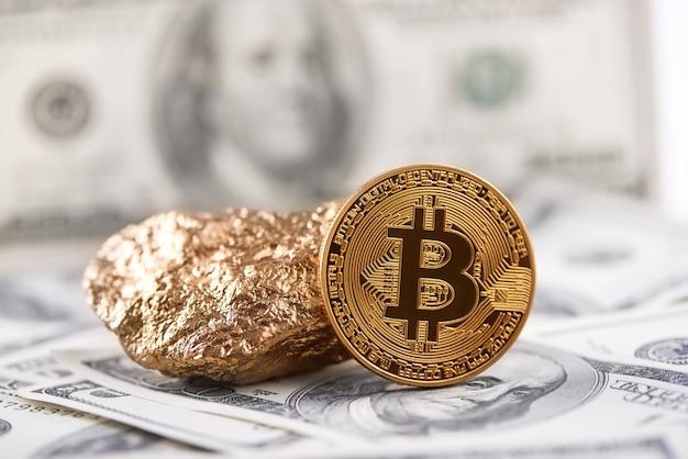 Bitcoin dourado como cryptocurrency principal do mundo e protuberância do ouro apresentada no fundo da nota de banco do dólar. Foto Premium