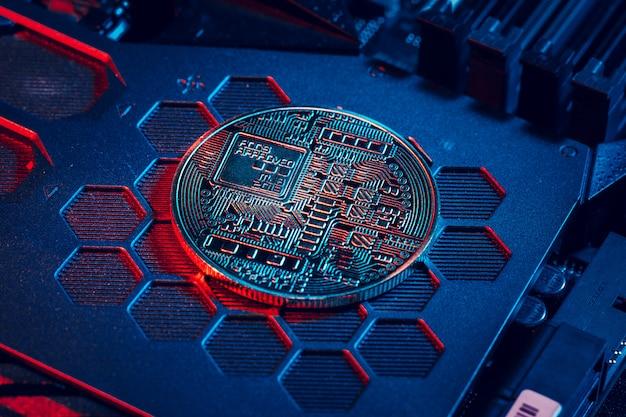 Bitcoin dourado e chip de computador em Foto Premium